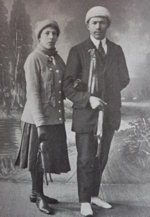 1917 Janna van de Weg, de eerste vrouw die de tocht volbrengt (met haar broer)