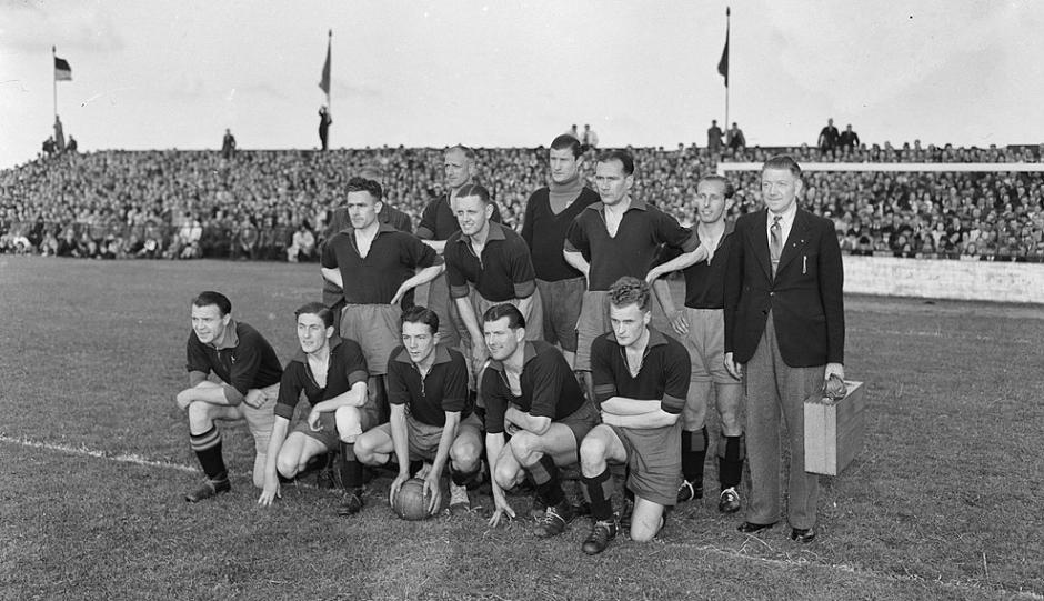 Gloriejaren van Haarlem jaren vijftig: Kick Smit tweede van links geknield