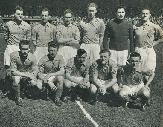 Nederlands elftal met Odenthal en Biesbroek resp tweede en derde van links staand