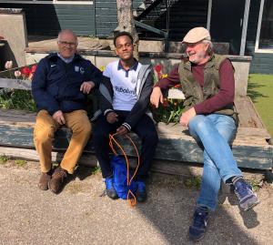 Blije coaches van de JG1 (Jaap Jong en Tom Holtgrefe) met een belangrijke speler van de JG1, Ahmed Ali Abdule.