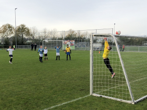 Penalty gaat net over!